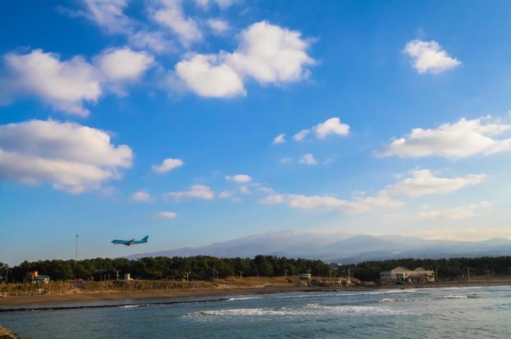 제주도하면 많은 여행객분들이 생각하는 것, 비행기, 제주도의 하늘 그리고 한라산. 첫 눈 내린 한라산을 본다는건  그 아름다움은 어떤 누구에게 돈 주고 줄수도 볼 수도 없는 제주의 아름다운 자연이 아닐까 하네요. #페이스북 BooSung Jeon님