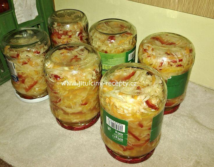 SUROVINY 1 hlávka bílého zelí (asi 2,5kg) 4ks červené papriky 3ks cibule 5ks mrkve 400g cukru krupice 140g soli 400ml 8% octa 300ml slunečnicového oleje  POSTUP PŘÍPRAVY Tahle čalamáda u nás frčí. Hodí se ke grilovanému masu, k hlavnímu jídlu do misky místo salátu a nebo jako obloha k minutkám. Není náročná na přípravu a nestojí svět. Do velké mísy nakrouháme zelí, červenou papriku pokrájíme na nudličky, cibulku na půlkolečka a mrkev nastrouháme na hrubém struhadle. Poté přidáme ocet…