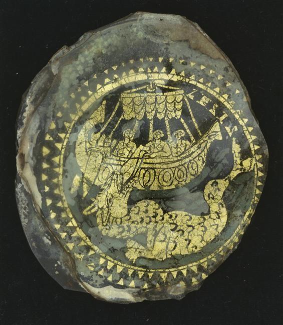 Fond de verre doré datant du IVe siècle après J.-C. découvert à Rome. Verre doré de 10,5 cm C'est un décor représentant Jonas (prophète), jeté en pâture au monstre marin. Conservé à Paris, au musée du Louvre