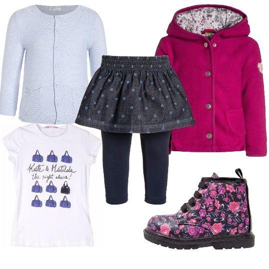 Look per la bimba che vuole essere alla moda come la mamma. Minigonna in jeans con leggins, cardigan chiaro con abbottonatura lunga e tasche, t-shirt di cotone e anfibi a fiori rosa. Giubbotto con cappuccio rosa con interno fantasia.