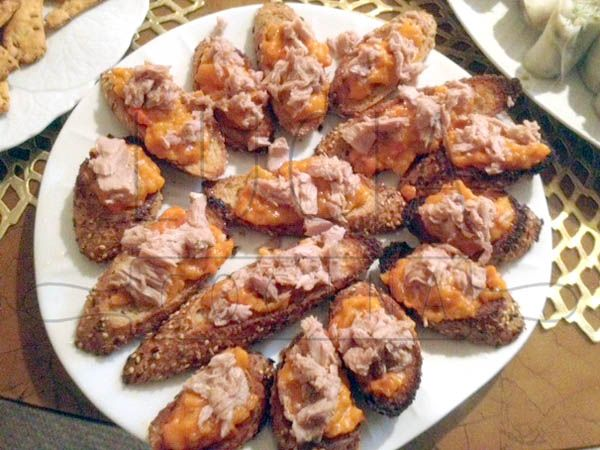 Tostas de pisto manchego y atún en aceite http://luciacocinabogota.blogspot.com/2014/06/evento-comida-celebracion-familiar.html