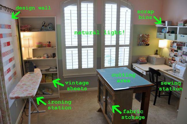 Kniptafel in het midden en strijkplank in de kamer
