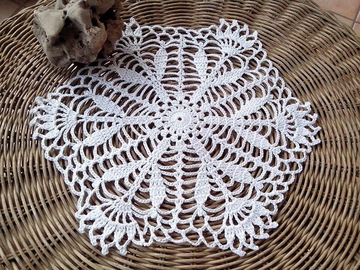 Centrino a uncinetto bianco centrotavola pizzo arredamento casa, 33 cm x 28 cm centro bianco idea regalo nozze casa home decor crochet doily di Handmadesfiopi su Etsy