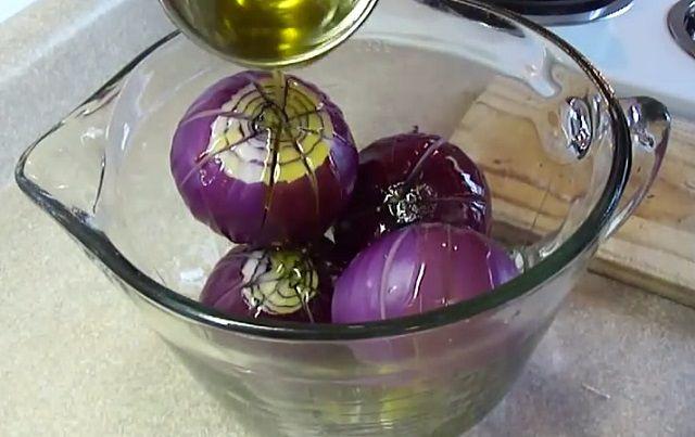 Bevágja a hagymát, majd olajat és ecetet tölt rá. Ezt a receptet imádni fogod!