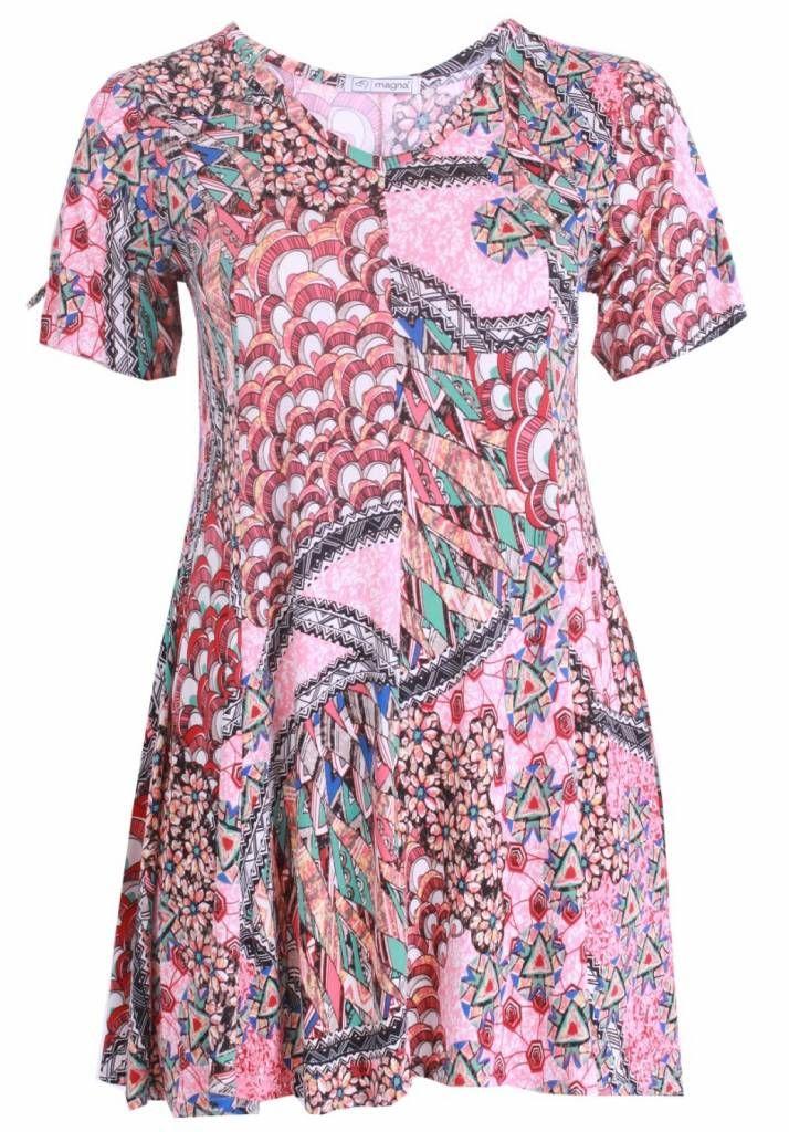 Elastisch A-lijn tuniek met print voor de modebewuste vrouw met een maatje meer.<br /> Onze grote maten leverancier Magna Fashion levert ruime maten zoals 44 46 4...