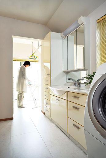 「洗う」から「しまう」まで、すべてここで 洗面脱衣室の奥には物干しスペース、サブバルコニーが続きます。 物干しスペースではアイロンをかけることもできます。洗う-干す-取り込む-アイロンをかける、畳む-しまう、という作業がすべてここで行なえます。 室内干し-外干しの切り替えも簡単です。
