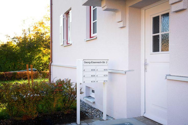 Freistehende Briefkastenanlage mit 6 Fächern und beleuchtetem Strassennamen und Hausnummer.