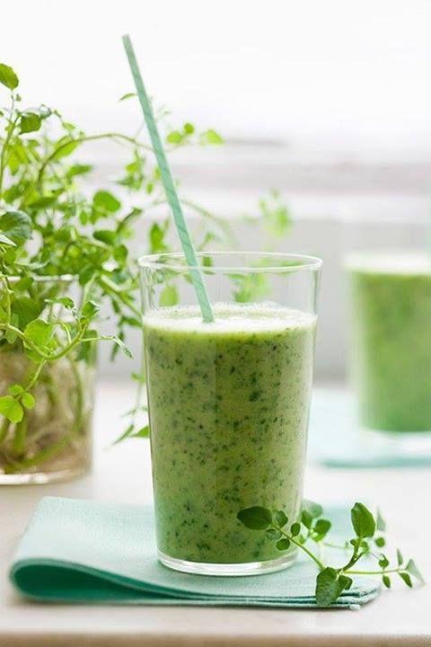 """Bomba energetyczno-detoksykująco-odchudzającą, czyli """"zielony smoothie"""" według przepisu Zostań swoim ideałem Potrzebujesz: 1 szklanki liści szpinaku,1/2 dużego ogórka pokrojonego w kostkę, 1/2 selera pokrojonego w kostkę,soku wyciśniętego z 1/2 cytryny, 1/2 szklanki wody mineralnej wysokowapniowej, 1/2 szklanki lodu, odrobiny imbiru. Dodatkowo możesz dorzucić do koktajlu trochę wiórek kokosowych, co zneutralizuje jego zapach. Całość mieszamy w blenderze i wypijamy."""