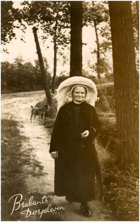 Mevrouw Meulenbroeks (van de Sonseweg), wandelend op Aarle. DCR (uitgever); - 1934 #NoordBrabant