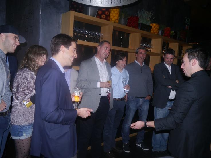 """Cena de celebración del 3er aniversario de la empresa de reputación digital @Matt Valk Chuah Plan Company  celebrado con un show coocking en el restaurante Tuset Barcelona. Magia de cerca y espectáculo final """"Magia al gusto ibérico"""" que deleito a todos y cada uno de los invitados. www.tumago.com"""