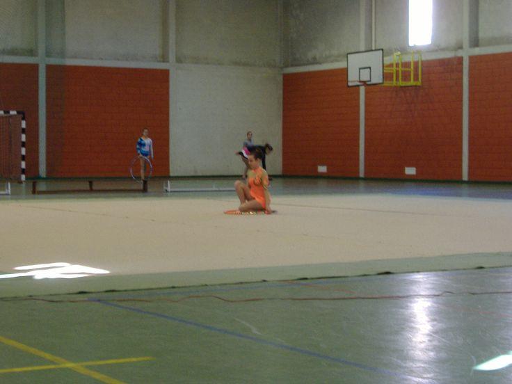 A Mariana a realizar um exercício com arco, durante uma exibição de ginástica ritmica, Esgueira, Aveiro