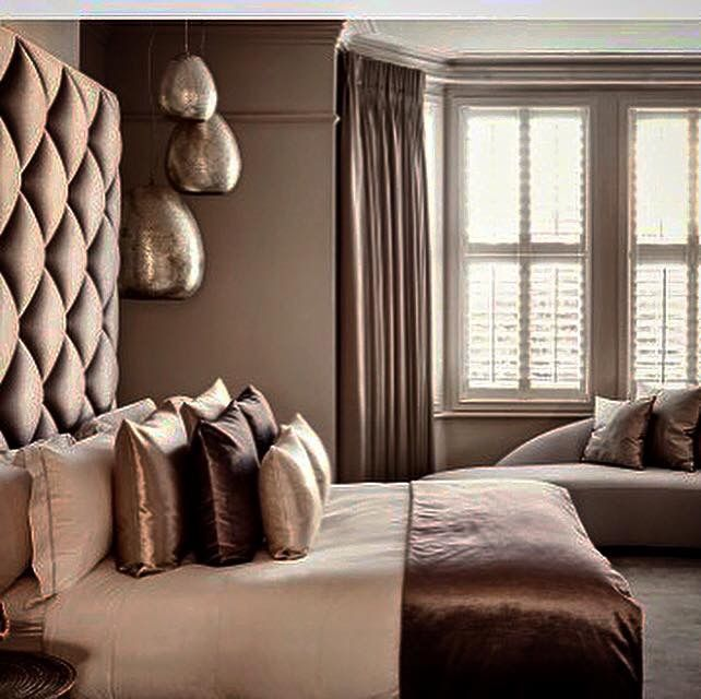 Eric Kuster - shutters, donkerbruine verduisterende gordijnen, zilveren arabische hanglampen