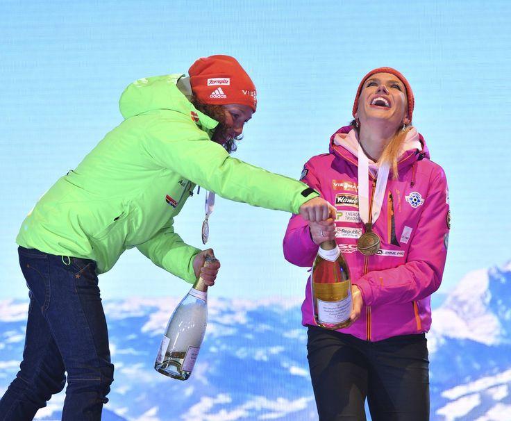 Vítězka Laura Dahlmeierová pomohla Gabriele Koukalové se šampaňským