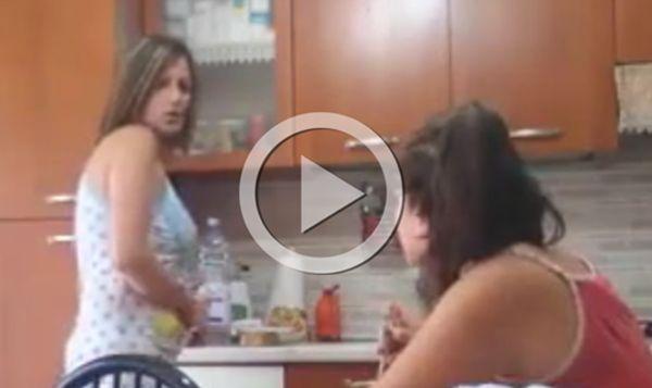 Figlia confida alla mamma (che non sa di essere ripresa) di essere incinta, la reazione sciocca tutti / VIDEO - http://www.sostenitori.info/figlia-confida-alla-mamma-che-non-sa-di-essere-ripresa-di-essere-incinta-la-reazione-e-choc-video/234139