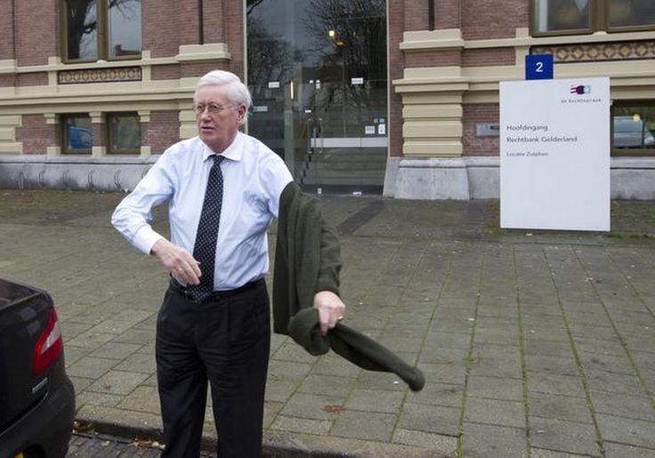 VVD-coryfee Hans Wiegel geeft PvdA-leider Lodewijk Asscher op zijn donder. Hij noemt het 'chantage' dat de demissionair bewindsman probeert hogere lerarensalarissen af te dwingen door te dreigen dat zijn partij anders straks geen handtekening zet onder de nieuwe begroting.