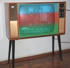 TV  a cores com plastico em casa da minha vizinha de cima