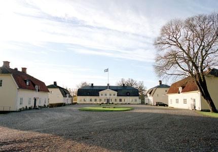Karmansbo Herrgård - kanske Bergslagens bästa? Här sover du gott i Hästens sängar och råvarorna till maten är mestadels lokalproducerade. Sommartid också B.