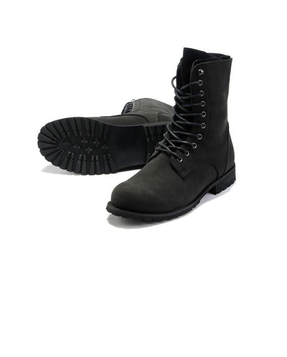 Warm and resistant lace up boots for him!