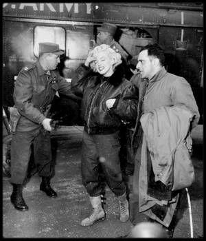"""1954 / Le 15 Février 1954, Marilyn """"interrompt son voyage de noces au Japon"""" avec le célèbre et populaire joueur de base-ball Joe DiMAGGIO """"pour aller chanter en Corée auprès des GI. Cette tournée durera quatre jours. Que racontent les images tournées par les cameramen de l'armée américaine ?"""" Le  couple DiMAGGIO se rend au Japon en raison du contrat signé par le champion retraité pour effectuer des démonstrations de ce sport et des séances d'entrainement de l'équipe japonaise au pays du…"""