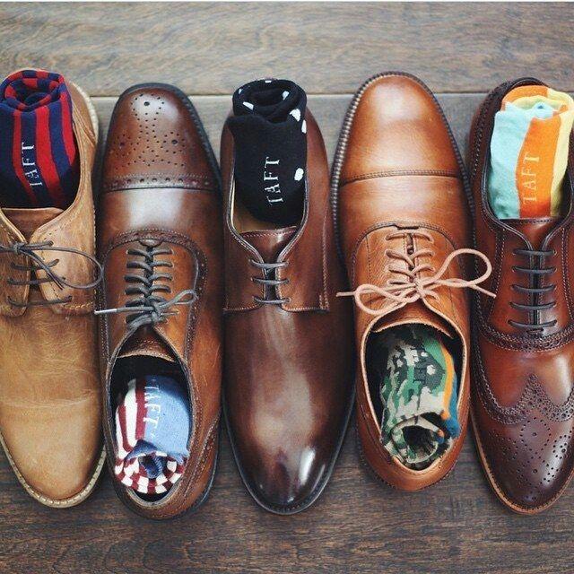 Une collection de chaussures assez complète, j'aurais pris du noir à la place du marron pour la 2 et 3 en partant de la droite qui sont plus formelles. Par @taft_ - JAMAIS VULGAIRE, blog mode homme, magazine et relooking online