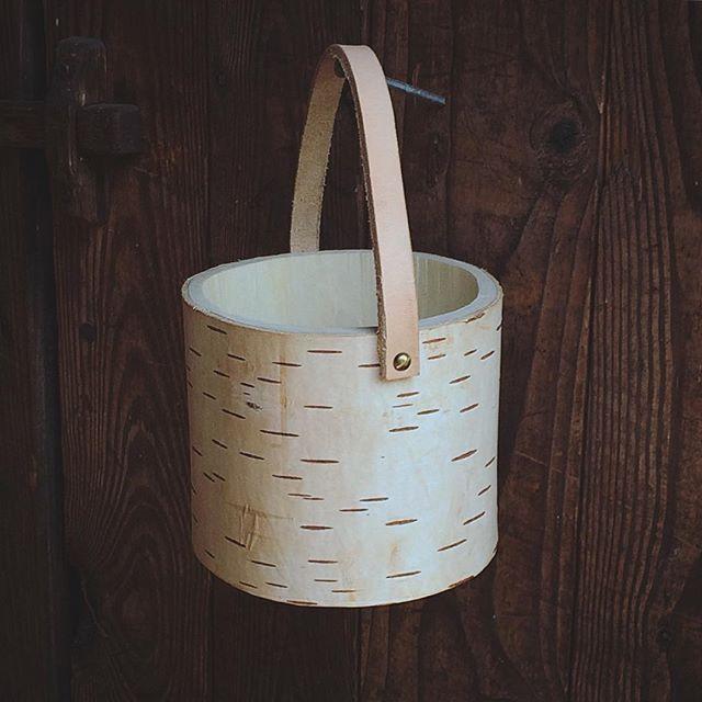Made a birch shrink box / bowl. The natural color of the bark is one of nature's many fine designs.  #design #woodworking #crafts #slöjd #heminredning #interiordesign #hemslöjd #krympburk #birch #näver #leather #läder #burk #förvaring #color #pattern #trähantverk