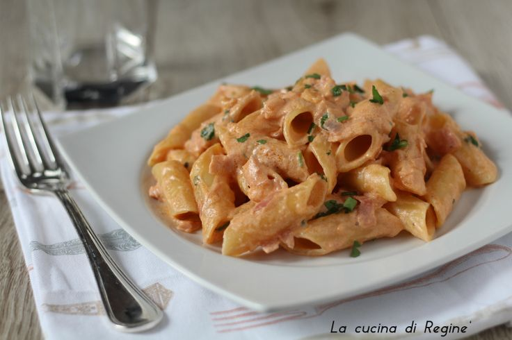 Penne al baffo una ricetta semplice e veloce a base di panna e prosciutto e pomodoro, un seghetto che crea una cremina deliziosa che si attacca alla pasta