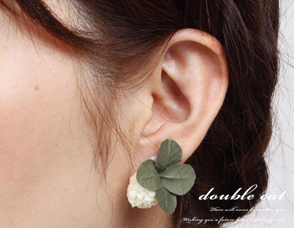 『布花』 幸せを呼ぶシロツメ草と四葉のクローバーのイヤリング|イヤリング|ハンドメイド通販・販売のCreema