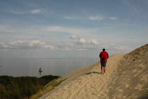 Reserva Natural de Naglia  un oasis de dunas móviles–, varios miradores y senderos. Las dunas de arena con su vegetación esporádica y su insólita fauna, su bosque costero con árboles centenarios, sus playas naturales de arena blanca, el olor a pescado ahumado