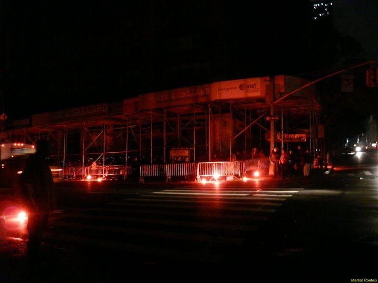Pas de métro, quelques bus, pas de lumière, queue importante pour rentrer chez eux, pauvres newyorkais..