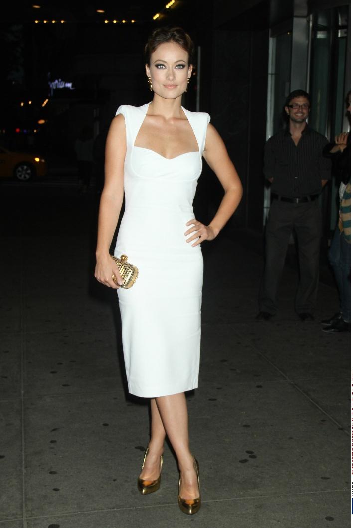 Olivia Wilde  legújabb filmjének, a 'Butter'-nek a new york-i premierjére érkezett ebben a hófehér Alexander McQueen ruhában, amelyhez arany színű kiegészítőket - Alexander McQueen clutch-ot, Giuseppe Zanotti magassarkút és House of Lavande fülbevalót – választott.forrás:instyle.hu