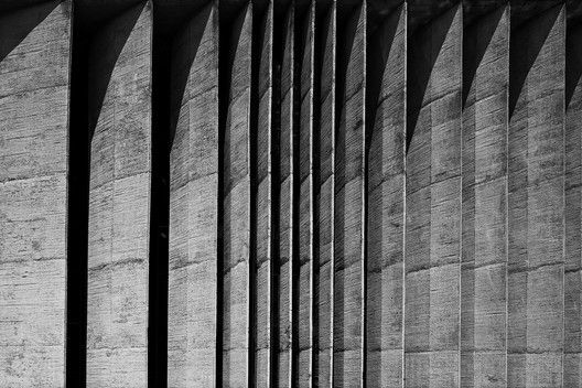 Oscar Niemeyer Through the Lens of Haruo Mikami,Brise soleil of the Ministry of Justice. Image © Haruo Mikami