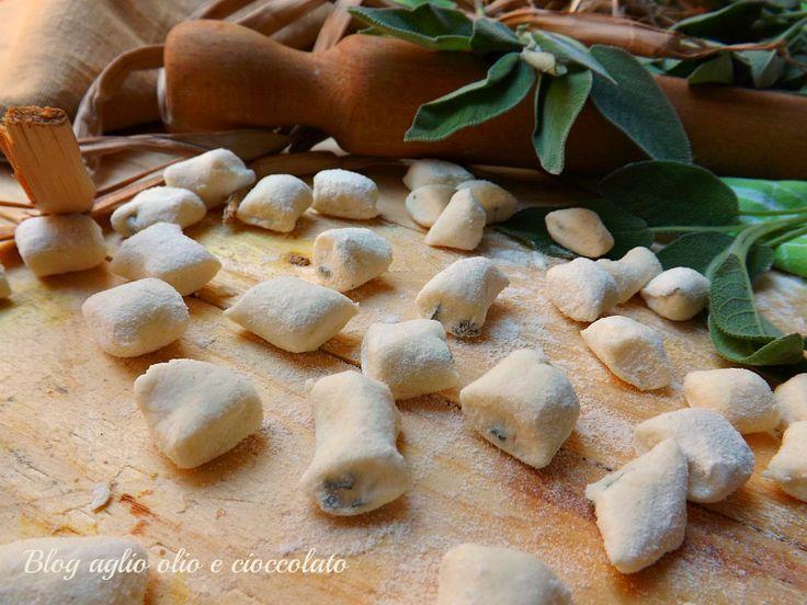 Gli gnocchi di ricotta e salvia sono una gustosa e semplicissima alternativa ai classici gnocchi di patate,sono morbidissimi