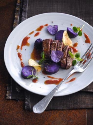 Bizonsteak met bessensaus & violette-aardappelen