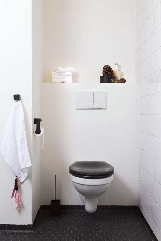 KARWEI | Het contrast van de zwarte en witte basistinten zorgt voor een verrassend effect. #karwei #badkamer #wooninspiratie