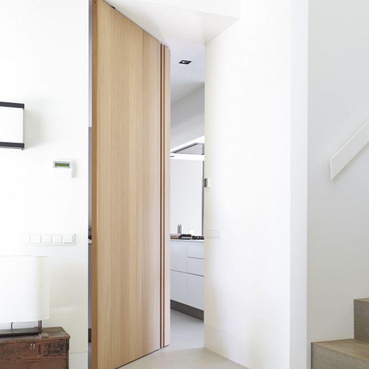 Prachtige verdiepingshoge, kozijnloze FritsJurgens Taatsdeur. Gemaakt door deurenspecialist Bod'or.