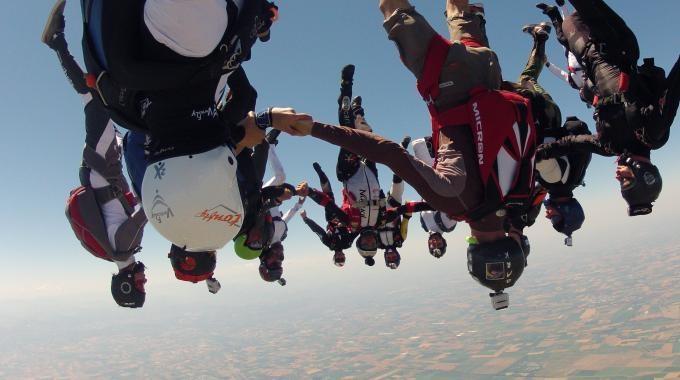 Molinella, paracadutismo: caccia al record italiano di free fly
