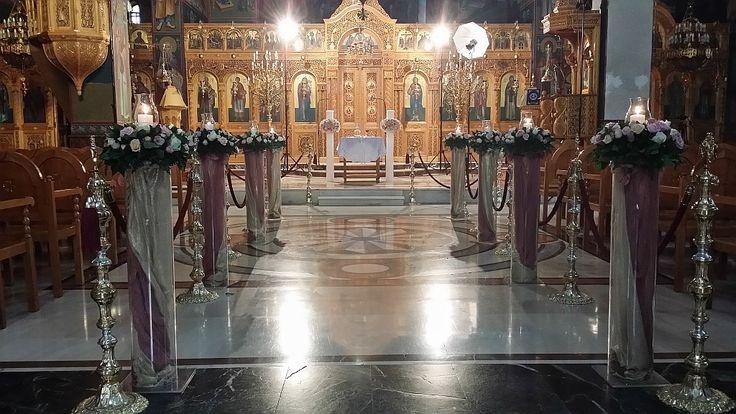 Στολισμός γάμου εσωτερικά του ναού με συνθέσεις που μετά διακοσμούν την δεξίωση σας στο κτήμα ή στο κέντρο.