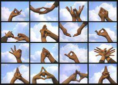 Mudra significa gesto. Los mudras son los gestos corporales que se utilizan especialmente en el Hatha-Yoga, pero que también es utilizado en otros tipos de meditación. Estos gestos son muy importantes porque nos permiten canalizar adecuadamente la energía a través de nuestro cuerpo así como facilitar la consecución de numerosos objetivos como la elevación espiritual, …