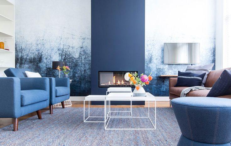 woonkamer blauw vt wonen weer verliefd op je huis 251015. verfkleur schouw – Coalitie R 8010-R90B: Histor. Behang: foto shutterstock, via verfhandel Ree in Heemstede