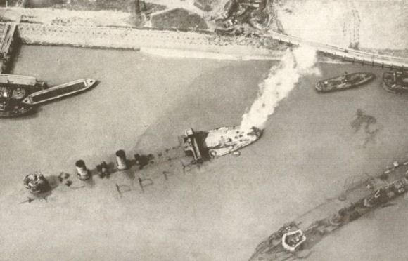 Two English Cruises Sunk At The Entrance To The Port Of Zeebrugge History War Civil War Navy Vietnam War Photos