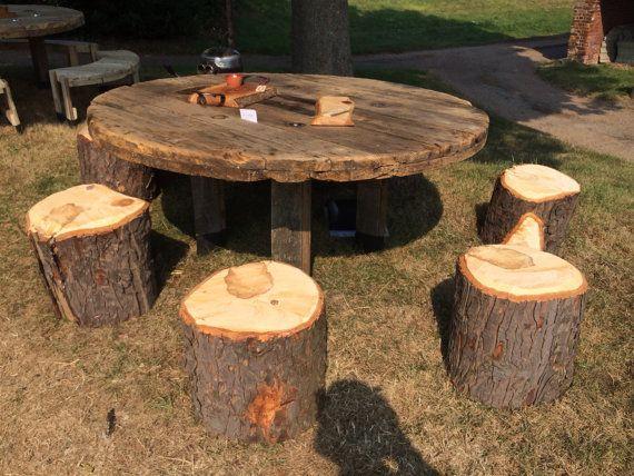 Mesa de carrete de cable con taburetes de troncos por MJCCreate