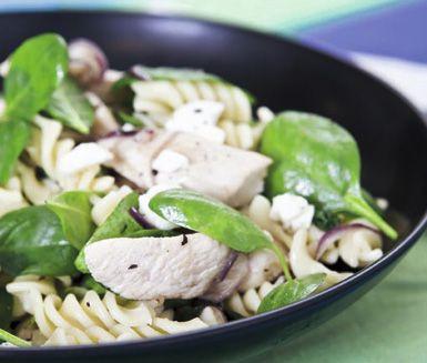 Bjud din familj på en härlig pasta med kyckling, spenat och fetaost som garanterat kommer bli en ny favorit! Sväng snabbt ihop dina ingredienser till en smarrig mättande pasta med vacker färg. En snabblagad och underbart god huvudrätt.