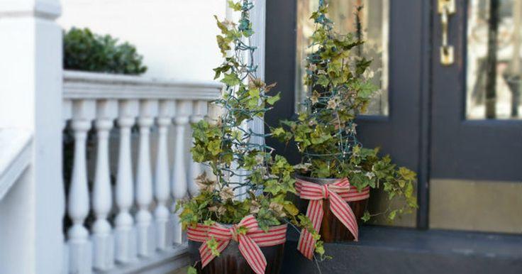 Como fazer uma árvore de Natal usando arame. Transforme gaiolas de tomates e vasos de jardim em um par de arbustos ornamentais iluminados e acolhedores para as festas de fim de ano, com a ajuda de pisca-piscas, heras florais e fitas decorativas. Em vez de deixar esses objetos de jardinagem guardados, utilize-os em outra função para fazer um ornamento natalino econômico. Ao virar uma gaiola ...