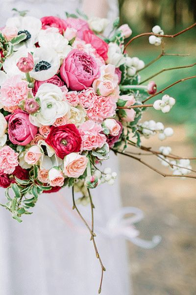 How to make a bouquet! Pink & Blue Wedding Ideas & flowers. Pink & Greenery Wedding Palette Decor and Cake. Pink & Greenery Wedding inspiration. How to make a Wedding bouquet. #pinkwedding #pinkweddings #pinkflowers #diybouquet #summerwedding #bouquet #weddingtrends