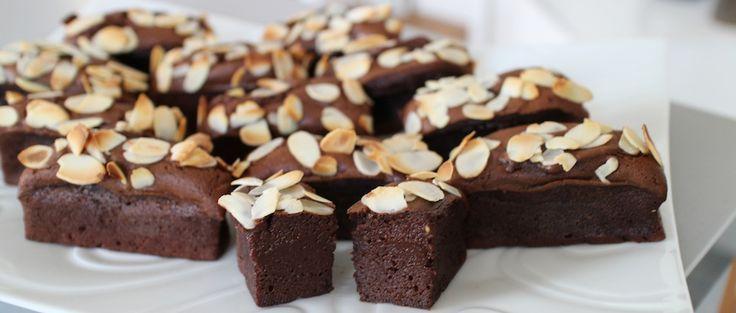 Gâteau extra fondant au chocolat & avocat | 1 gros avocat bien mûr pour avoir 160 – 200 g de chair 125 g de sucre 4 œufs 200 g de chocolat 3 cuillères à soupe bien bombées de farine