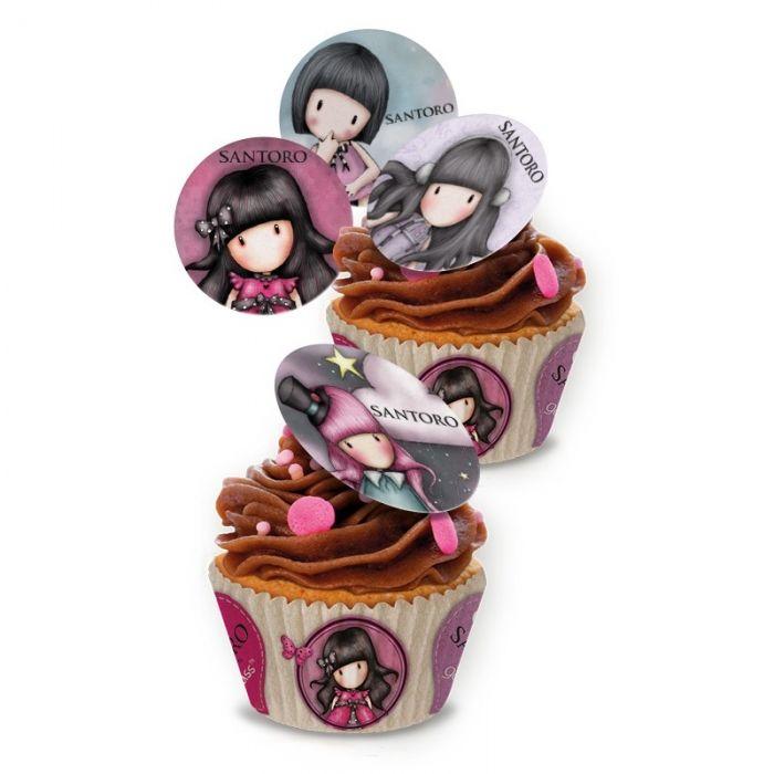 Con los mini discos de papel de azúcar de Gorjuss le darás un toque único a los cupcakes de tu celebración. Originales discos de azúcar en los que aparecen diferentes modelos de muñecas Gorjuss. En los discos están los rostros de ocho muñecas Gorjuss diferentes.  En cada paquete vienen 16 unidades para que puedas decorar los cupcakes de tu celebración. Cada paquete se vende de forma individual. Producto sin gluten. Medidas de los discos: 3.4 cm de diámetro.