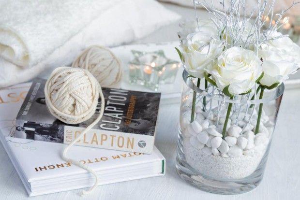 Hledáte kytici, která neuvadne, nebo milujete růže? Máme pro vás zimní aranžmá z umělých bílých růží. Jestli si ještě chcete udělat zimní náladu, je to ta pravá dekorace.