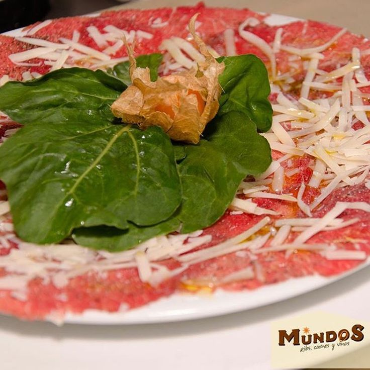 Finas tajadas de carne aderezadas con limón y queso parmesano. Prueba nuestro carpaccio, ¡te encantará! Reserva en el tel. 5371835 o en www.mundos.com.co