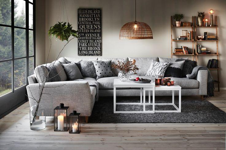 Mysigt vardagsrum m. grå soffa såklart och massa goa kuddar!