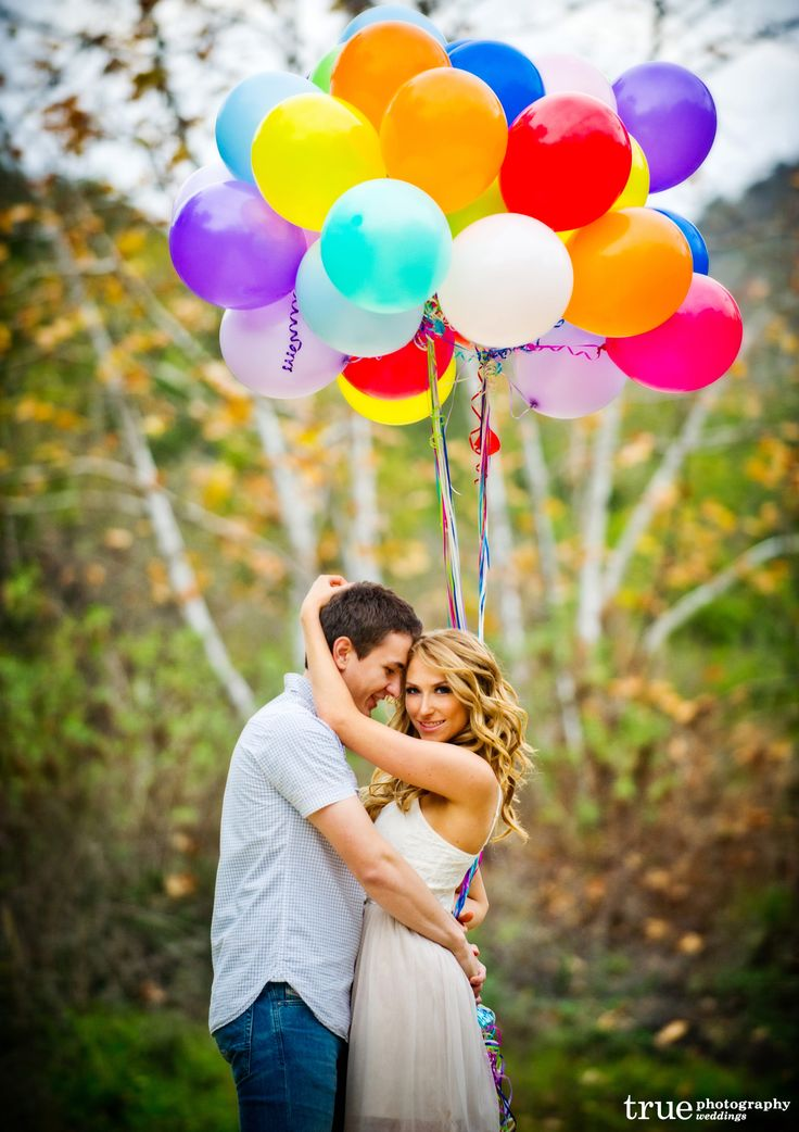 Engagement-shoot-with-balloons-and-props